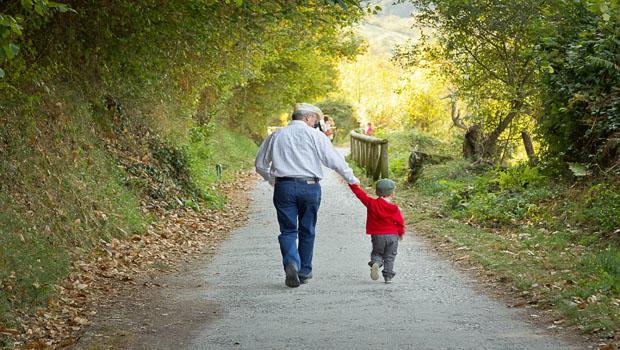 Abuelo y nieto de paseo