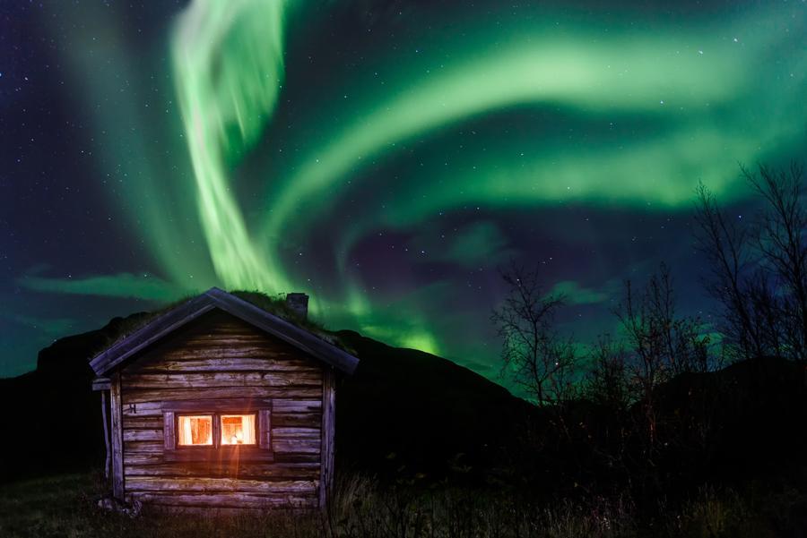 Las luces del norte desde una cabaña en Alaska.