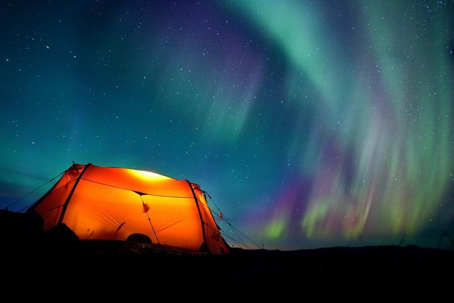 Acampada para ver la aurora boreal en Laponia, Finlandia.