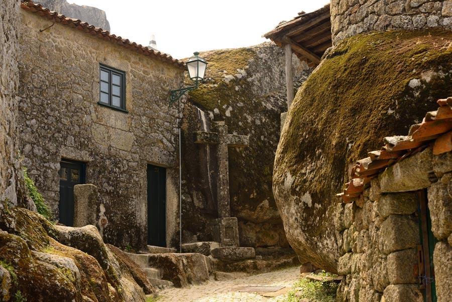 Casas construidas entre las rocas.