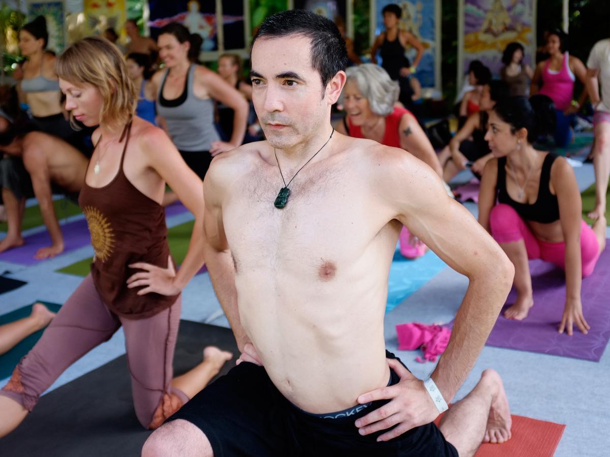 Clase grupal de yoga en Bali, Indonesia. Foto: Jon Frank / Shutterstock.com