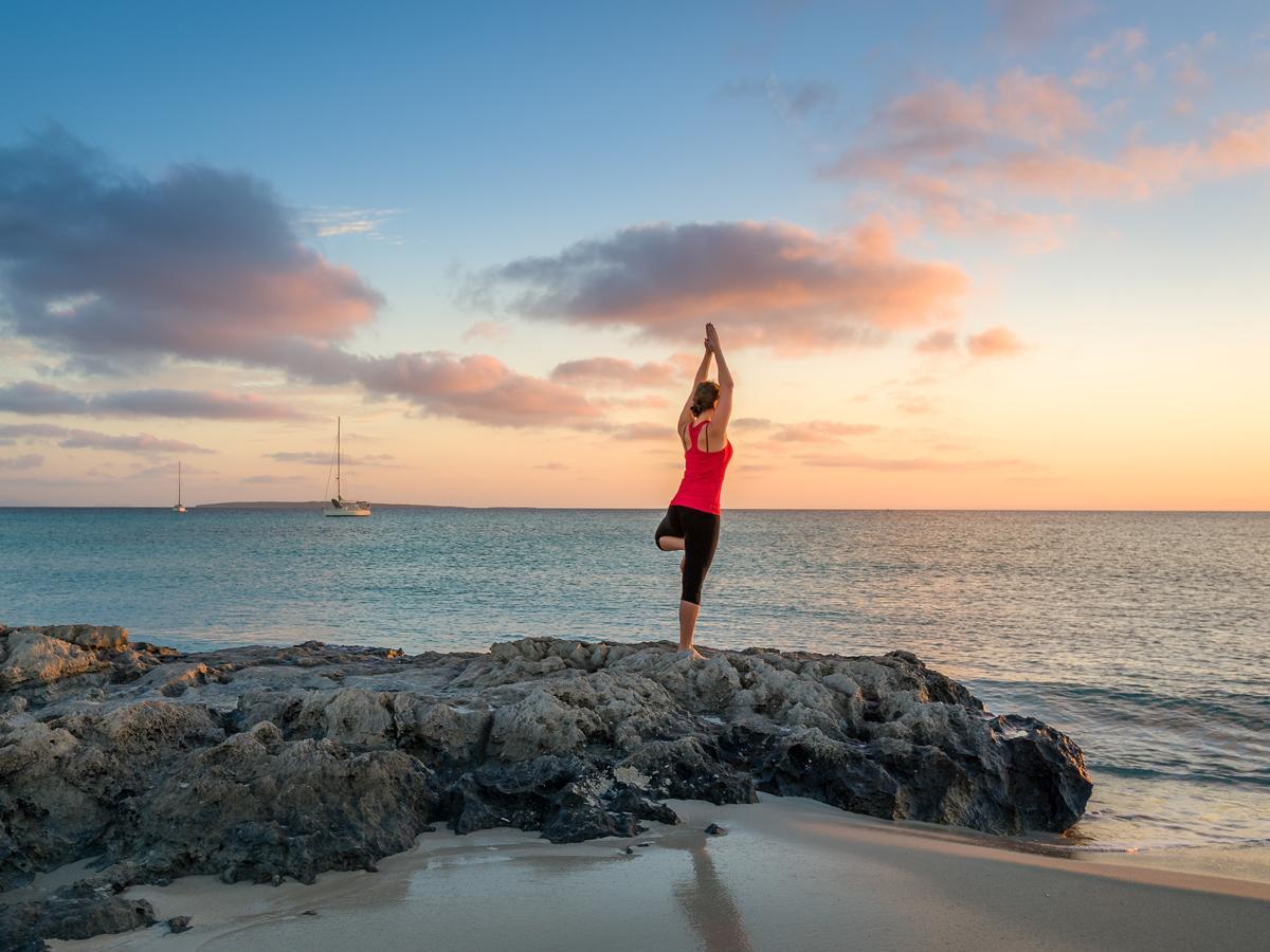 Yoga en una playa de Ibiza.