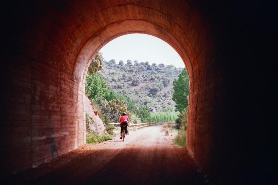 Ciclista en un túnel de Alcaraz. Foto: ©Fundación de los Ferrocarriles Españoles.