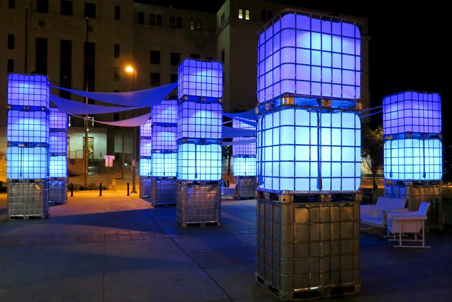 Las torres de 'Blue Hour' responden y cambian según el movimiento de la gente. Foto:New American Public Art