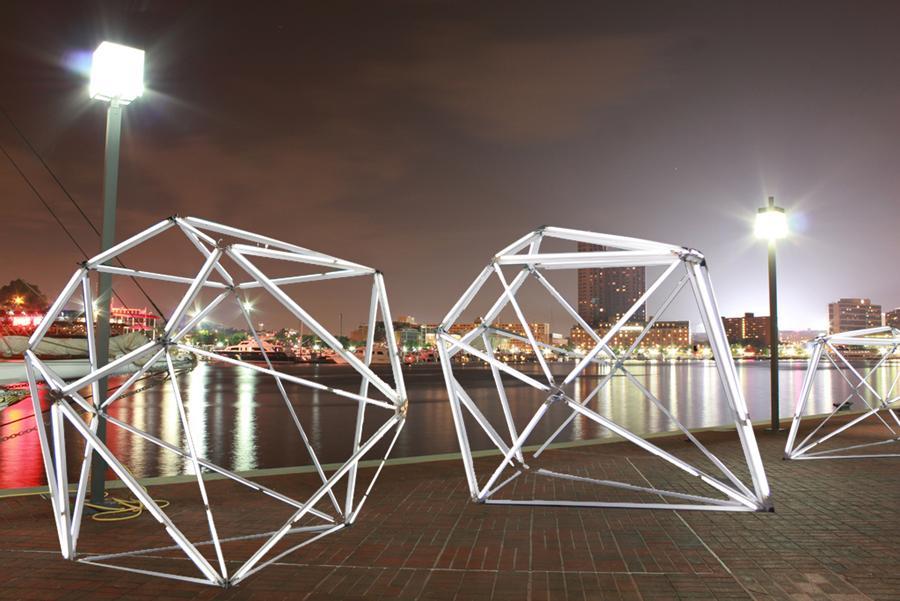 Los diamantes de luces LED han sido diseñados por la artista Mina Cheon y el arquitecto Gabriel Kroiz. Juntos forman el equipo Cheon Kroiz.