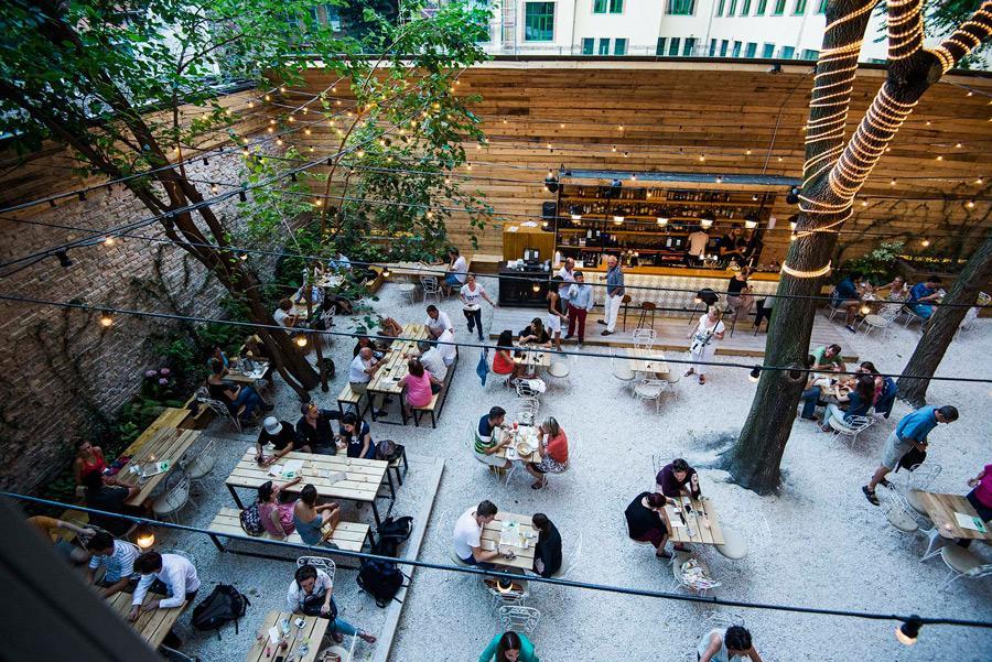En Mazel Tov cuentan con un restaurante al aire libre