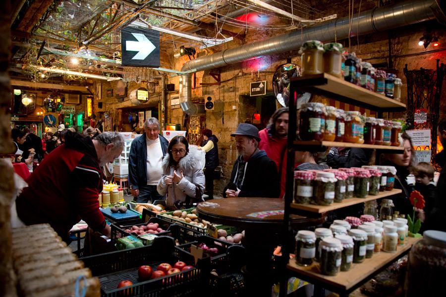Los domingos, el 'ruin pub' Szimpla Kert se convierte en un mercado