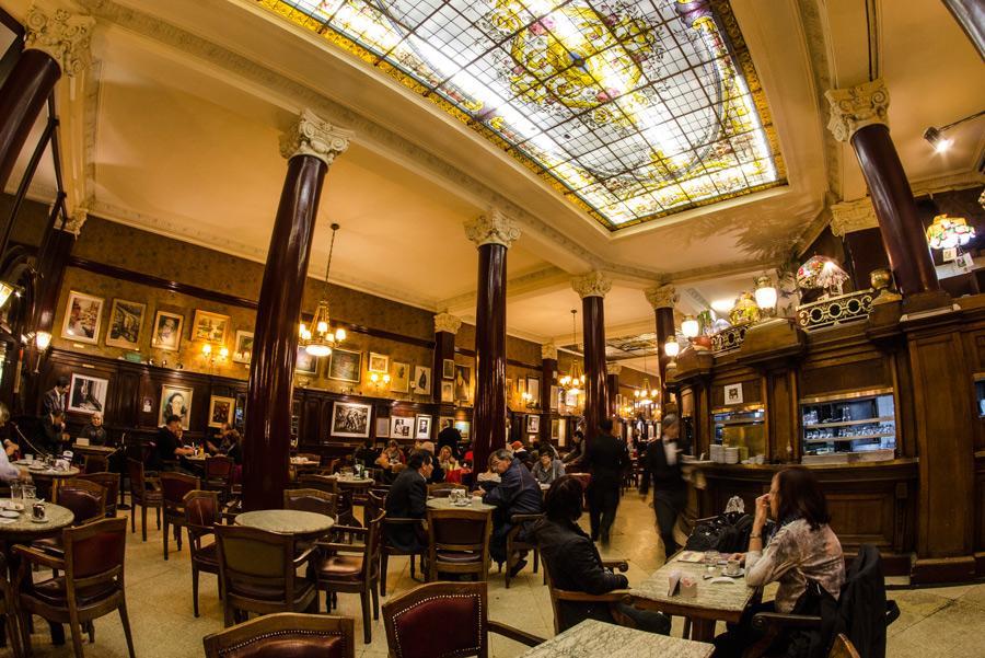 Café Tortoni, en Buenos Aires, al que acudían Borges y Cortazar.