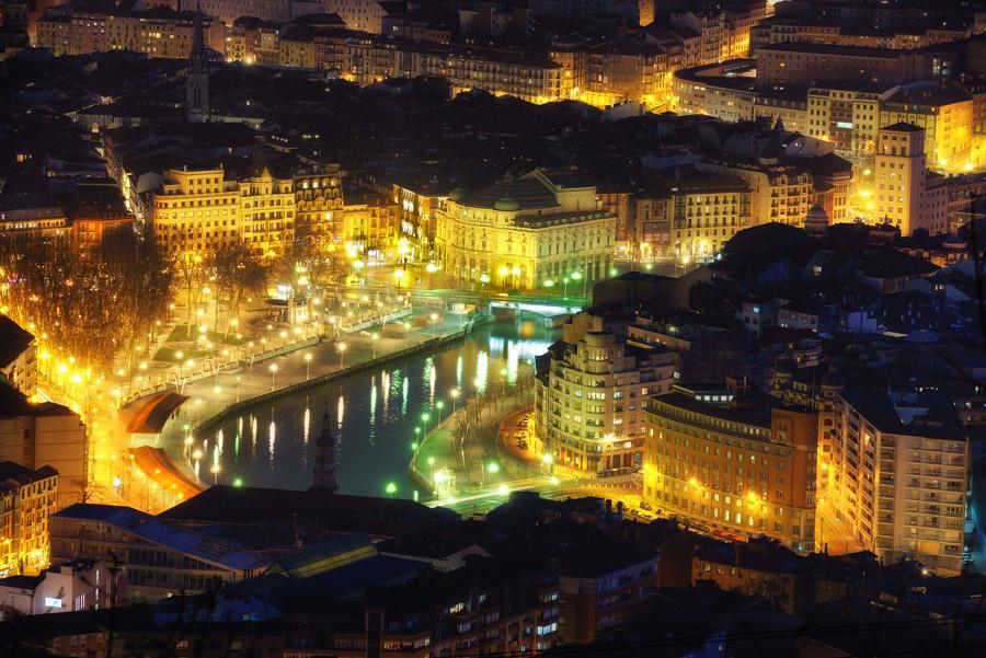 Panorámica de Bilbao por la noche. Atribución: Mimadeo / Shutterstock
