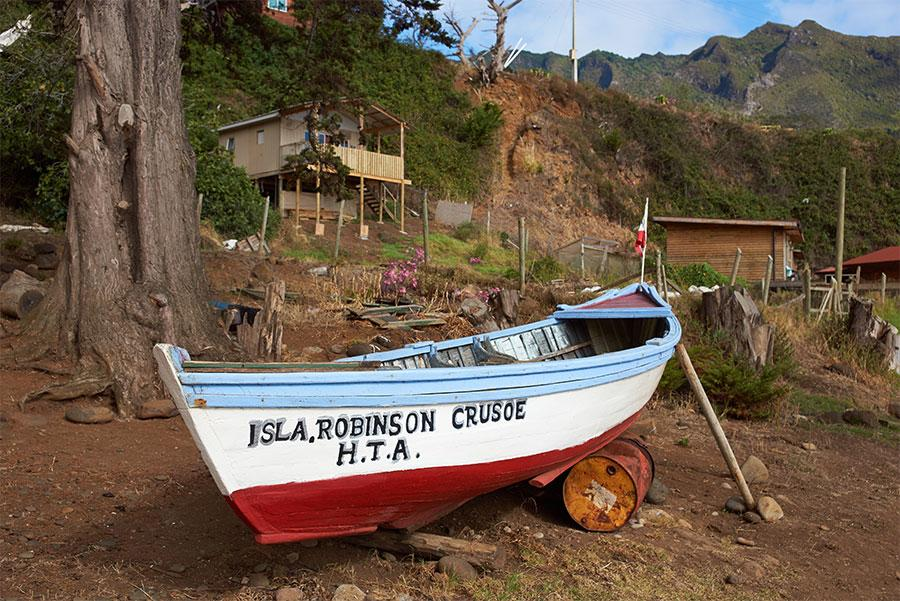 Barca con el nombre de la Isla Robinson Crusoe. JeremyRichards / Shutterstock.com