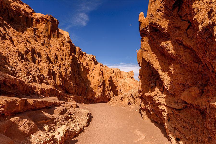 Pasillo-de-rocas-del-Valle-de-la-Luna,-Desierto-de-Atacama,-Chile