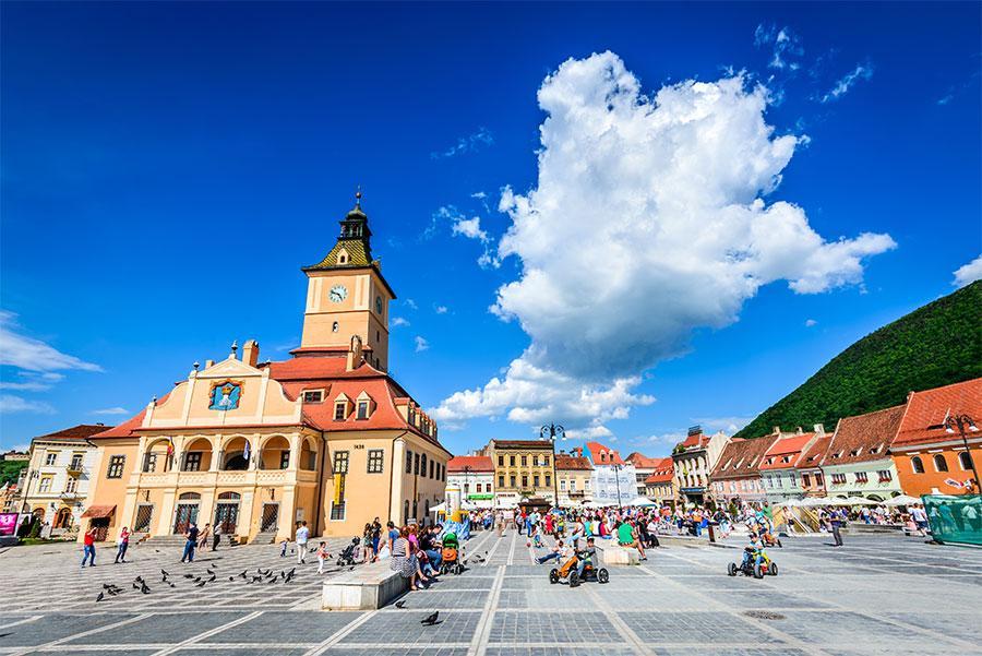 Plaza del Consejo, Brasov. Atribución de crédito: Emi Cristea / Shutterstock.com