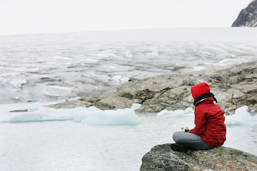 Senderista descansando en el glaciar, Jostedal (Noruega)