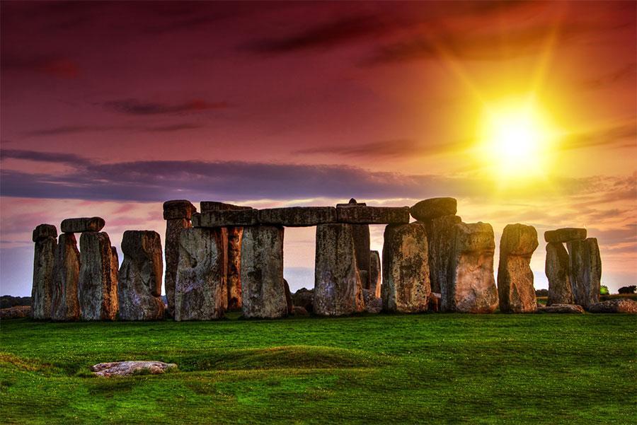 Salida del sol en Stonehenge, Wiltshire, Reino Unido.