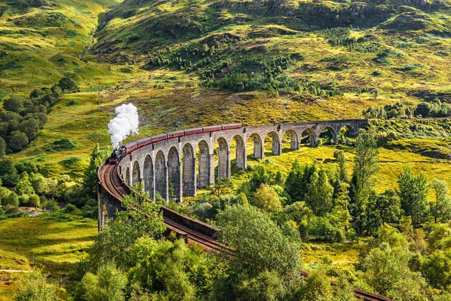 Tren de vapor Jacobite pasando por el viaducto Glenfinnan.