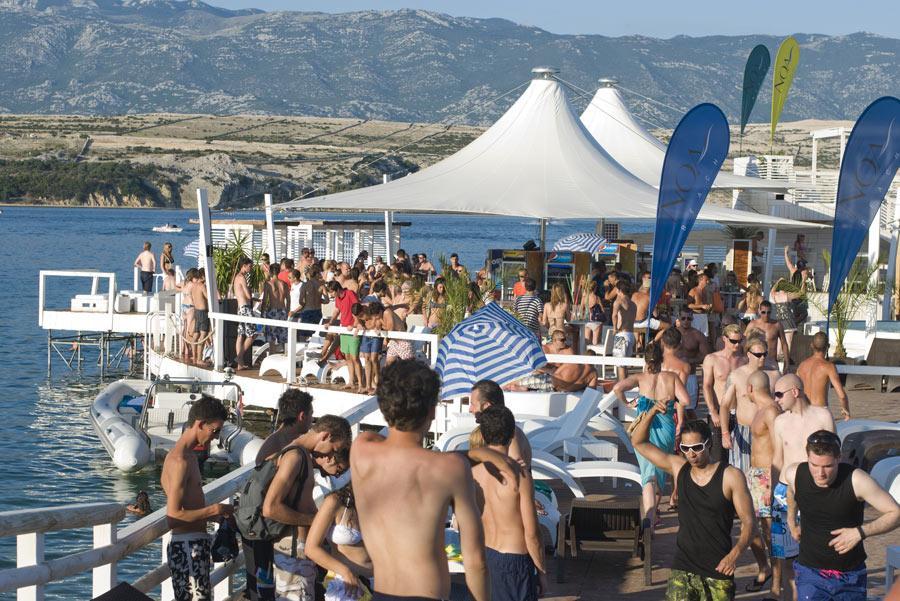Fiesta en playa Zrce, Isla Pag, Croacia. Foto: ToskanaINC / Shutterstock.com