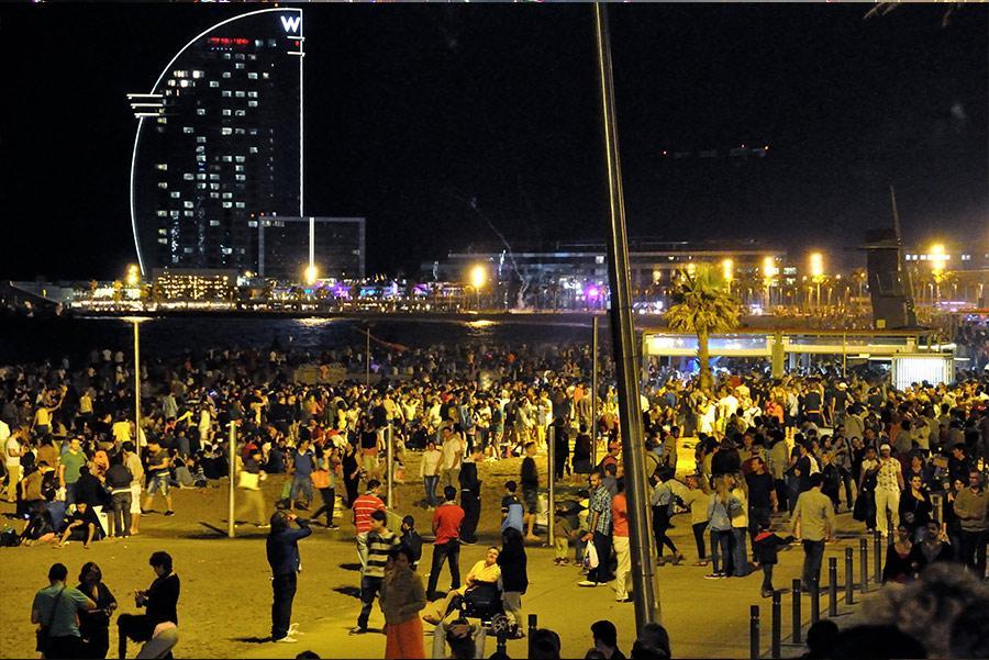 Vila Olímpica en la Noche de San Juan. M.V. Photography / Shutterstock.com