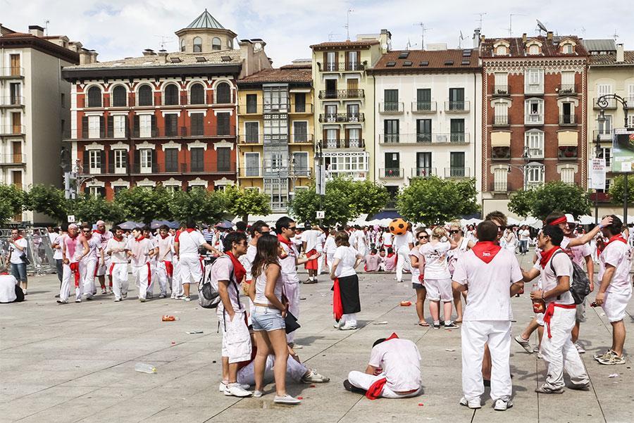 Sanfermineros en la Plaza del Castillo. Lasse Ansaharju / Shutterstock.com