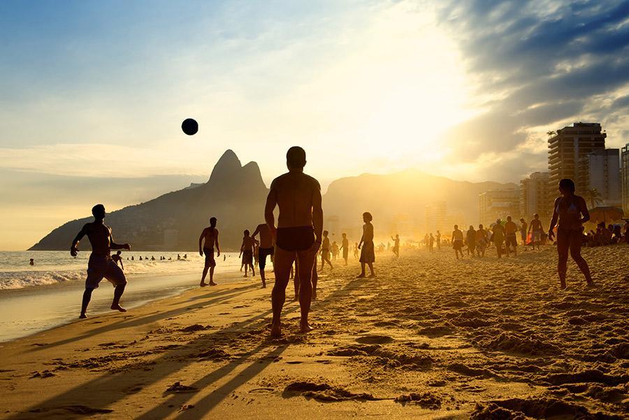El fútbol es deporte nacional en Brasil.