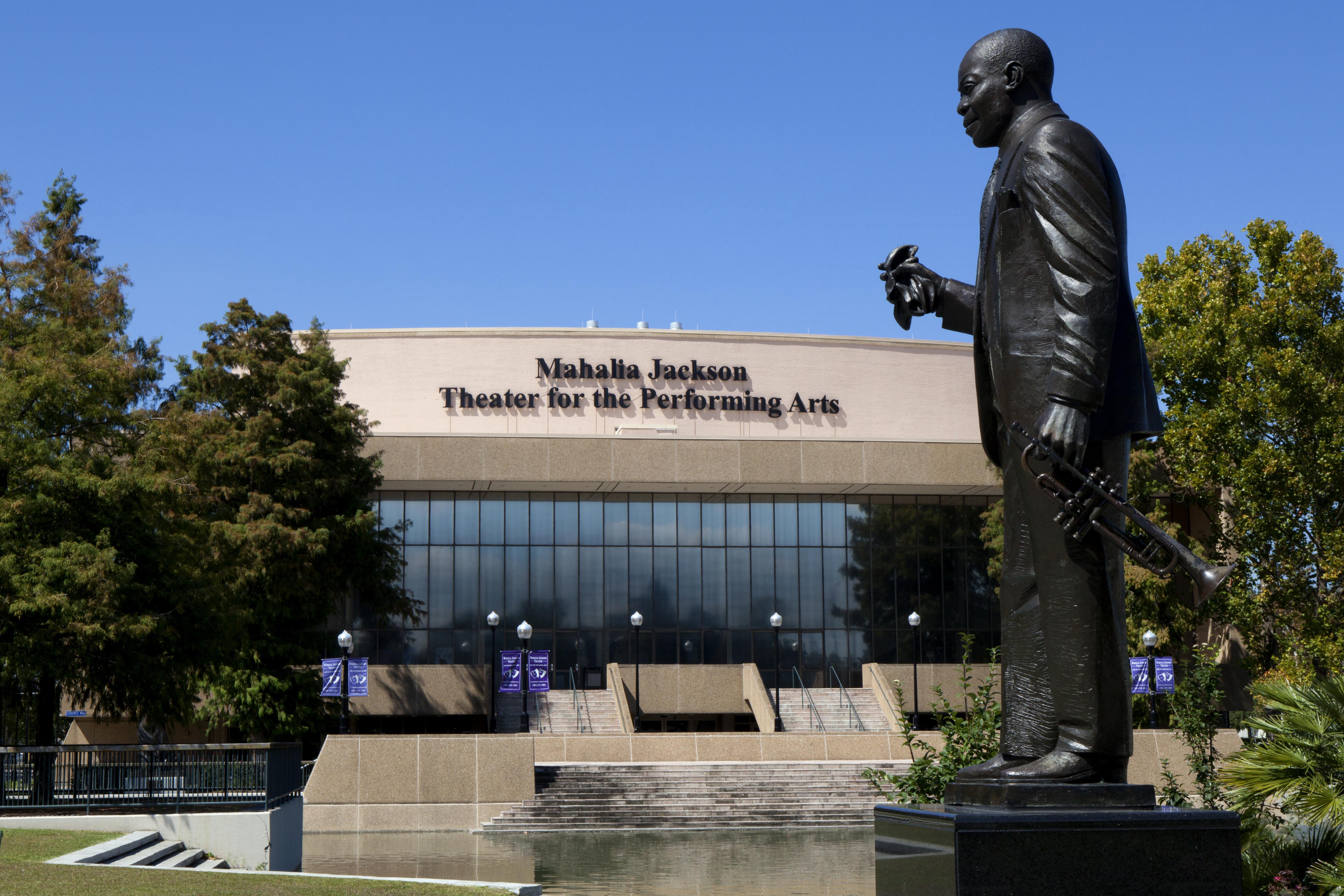 Estatua de Louis Armstrong , en el Teatro Mahalia Jackson. Foto: Aneese / shutterstock.com