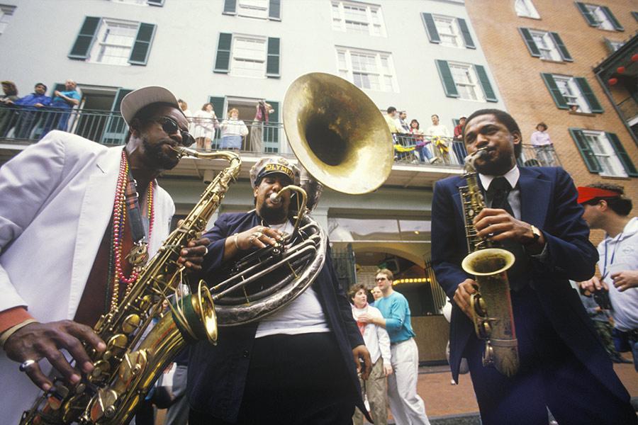 Músicos de jazz por las calles del barrio francés de Nueva Orleans. Foto: Joseph Sohm / Shutterstock.com
