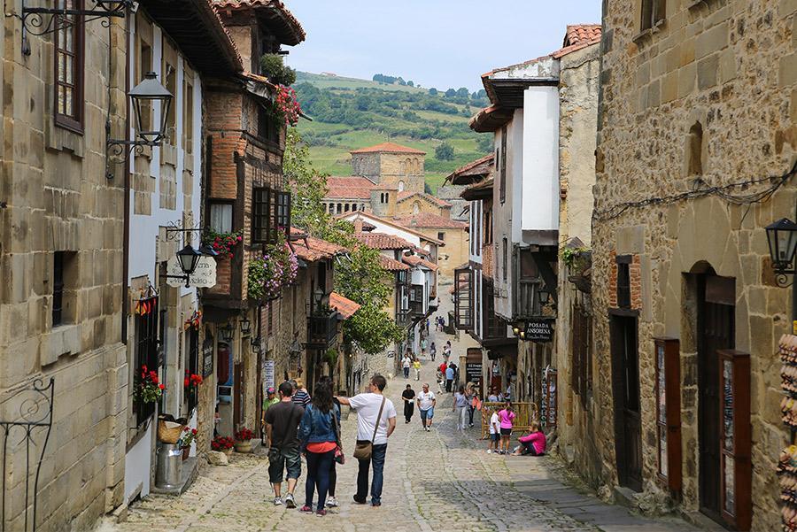Calle de Santillana del Mar, Cantabria. jorisvo / Shutterstock.com