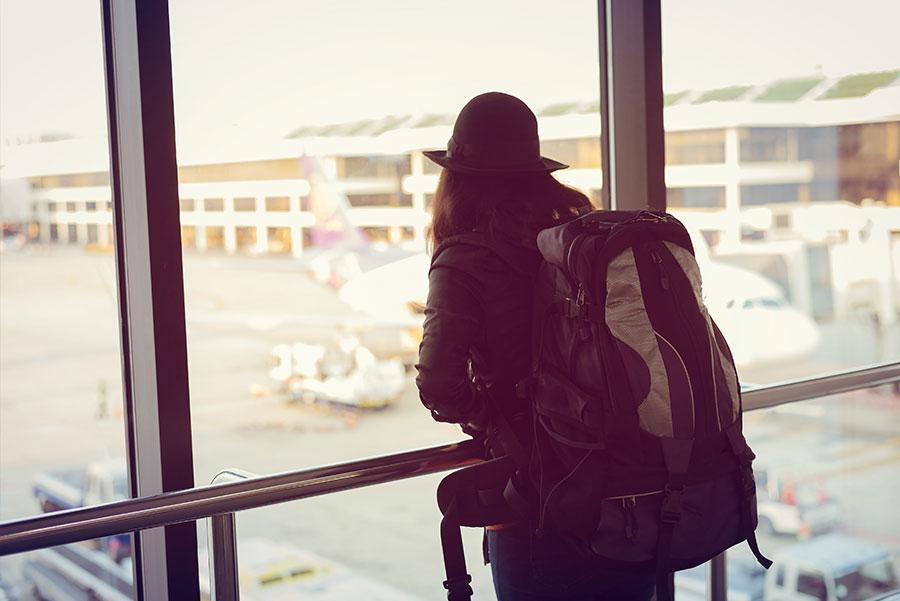 2. Lleva un buen libro para las esperas en el aeropuerto.