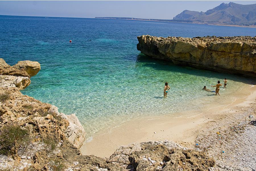 Bañistas en la playa de San Vito Lo Capo