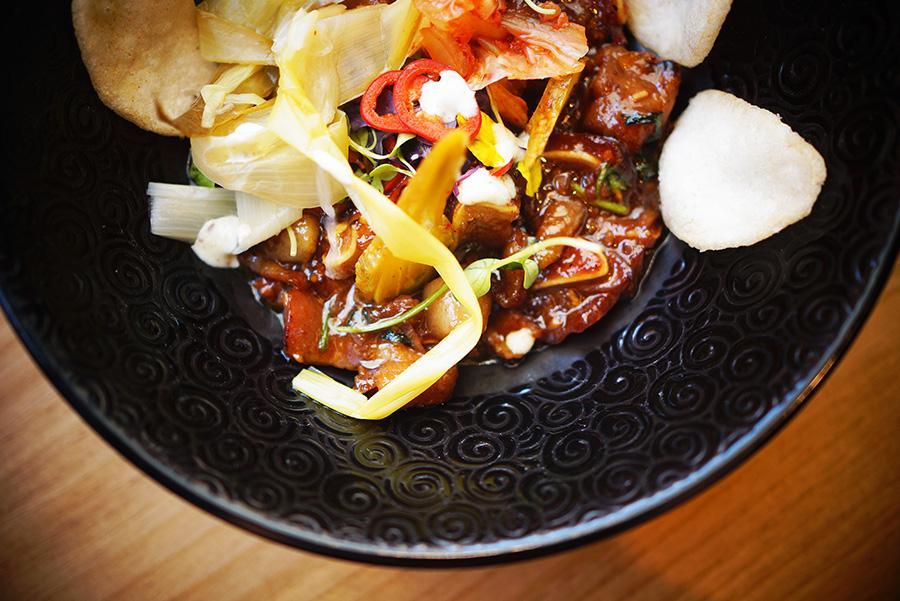 Tepanyaki de oreja con salsa dou chi y kimchi de Lamian by Soy Kitchen