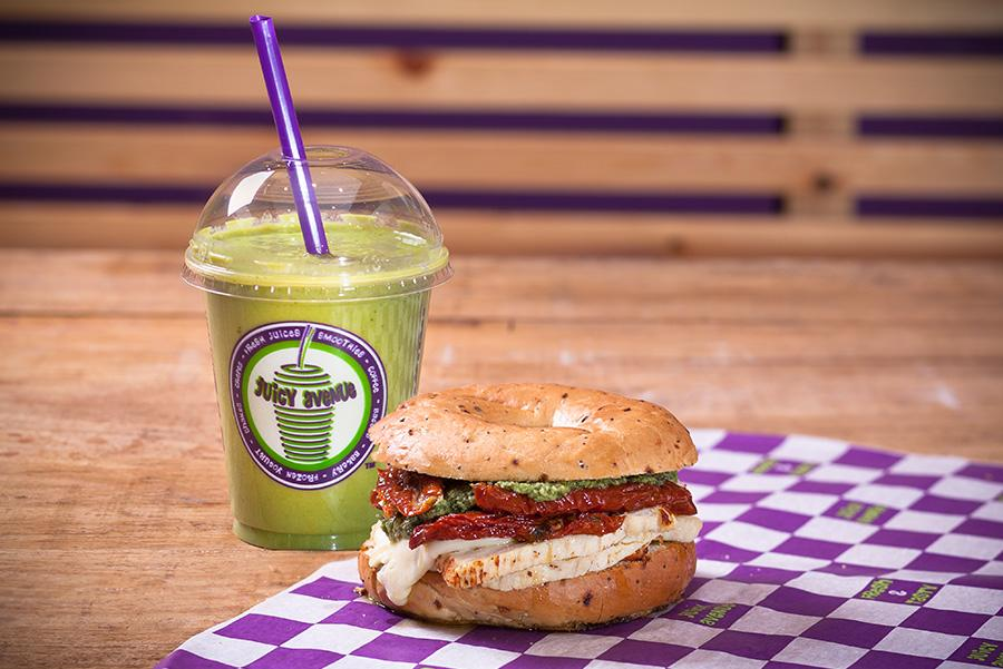 En Juicy Avenue acompañan los smoothies con bagels o pizzas