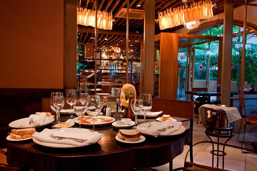 Mesas preparadas para Acción de Gracias en el Restaurante Rubaiyat.