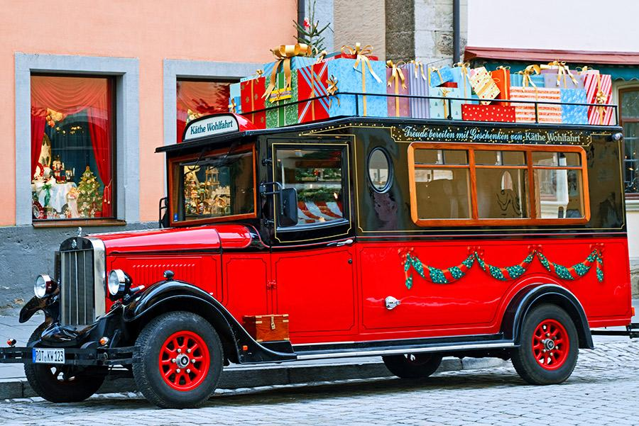 Coche cargado de regalos en la puerta de la tienda Kathe Wohlfahrt. irakite / Shutterstock.com