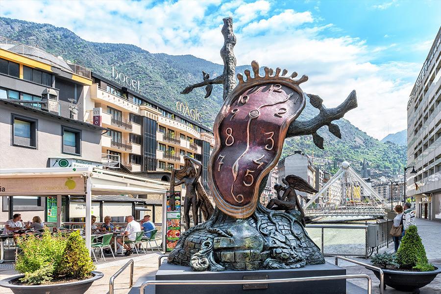 Escultura del reloj de Dalí en Andorra la Vella. Foto: Maylat / Shutterstock.com