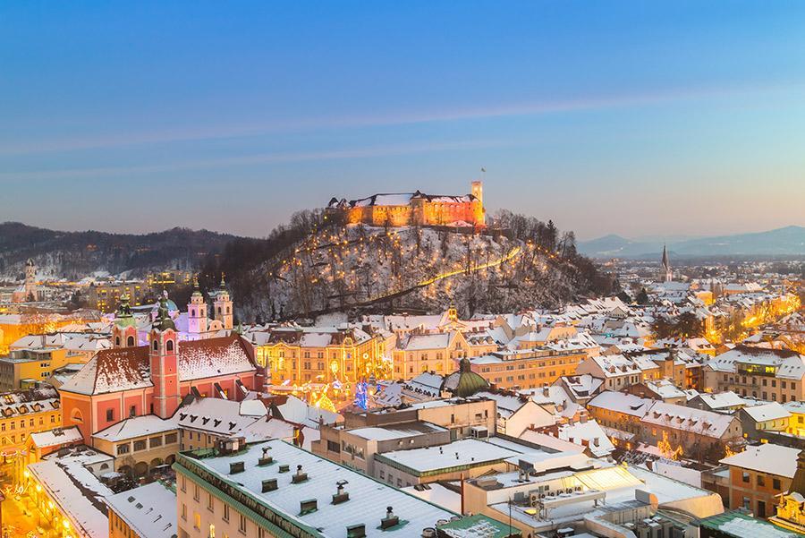 Liubliana, capital de Eslovenia, con su castillo en la colina.