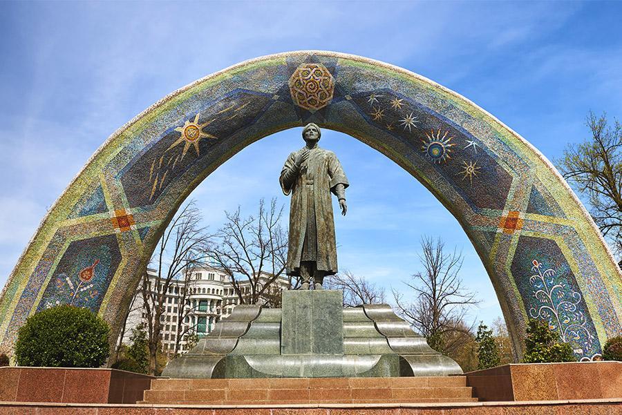 Monumento a Rudakí, venerado poeta persa, en Dusambé.