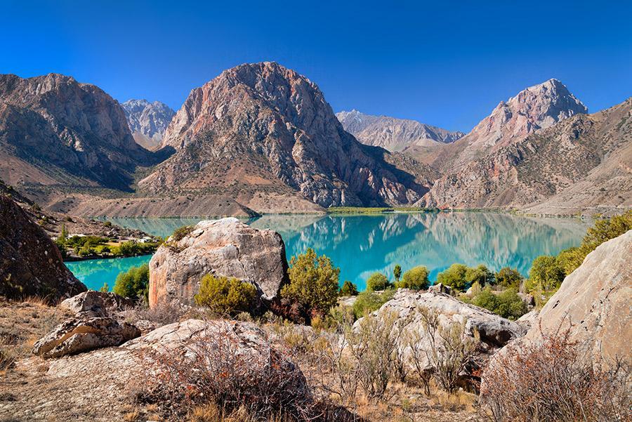 Lago Iskanderkul a los pies de las montañas Fann.