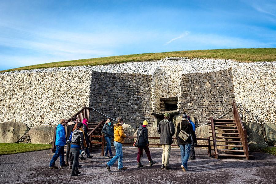 Turistas entrando al túmulo de Newgrange. LMspencer/ Shutterstock.com