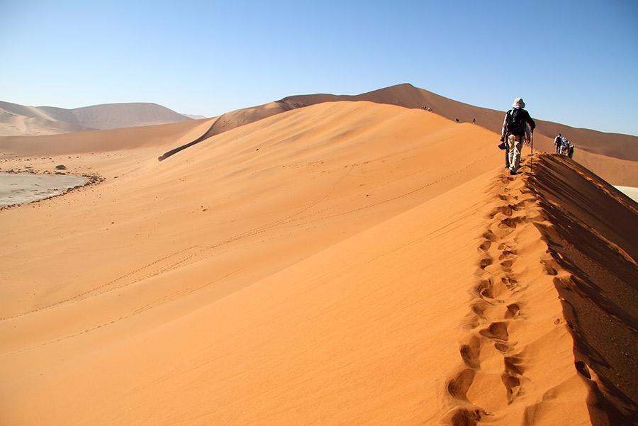 Turistas paseando por dunas del desierto de Namib, Namibia.