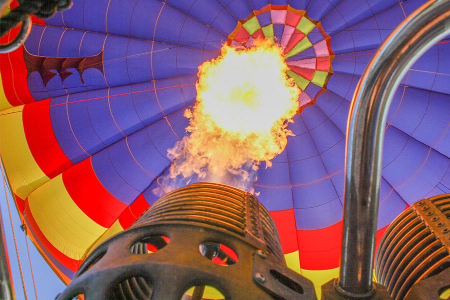 Vista del interior de un globo aerostático desde la cesta de pasajeros.