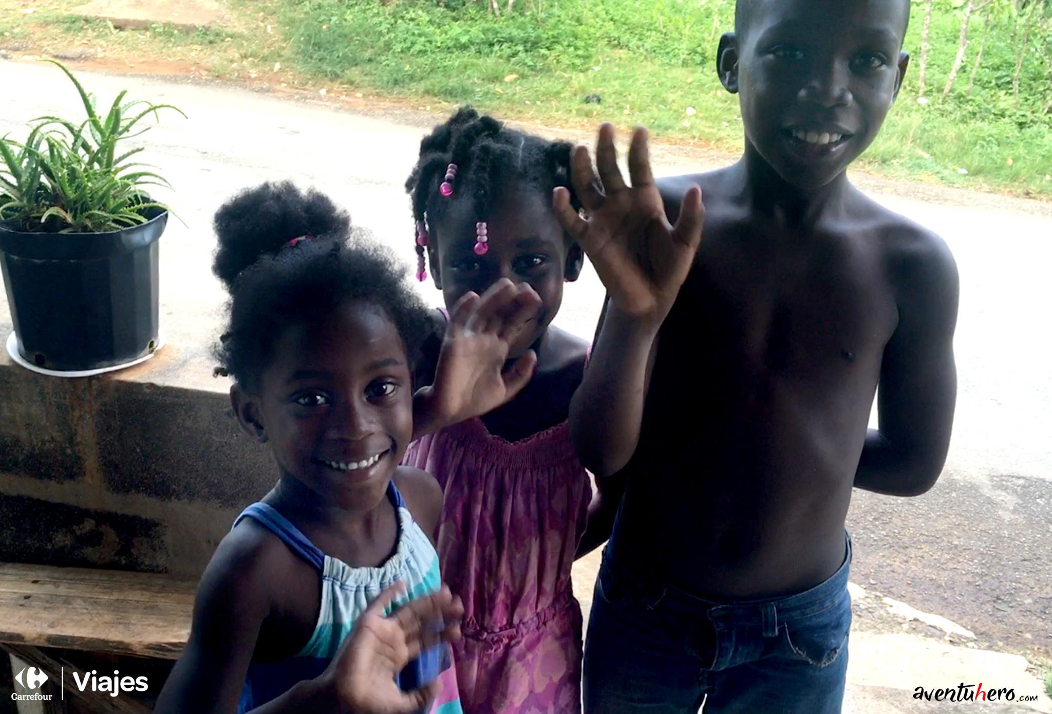 Aventuhero Jamaica Ninos saludando