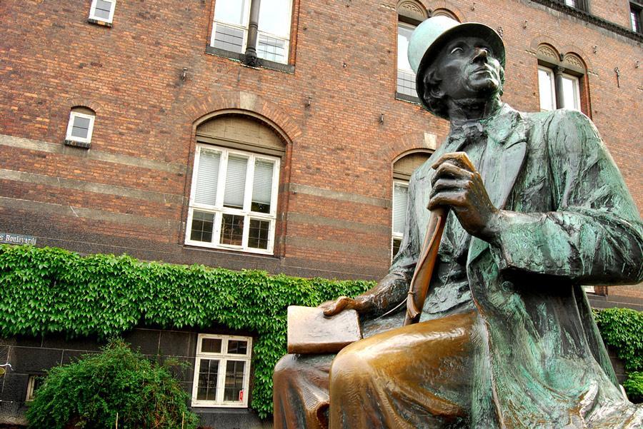 Estatua de Hans Christian Andersen en Copenhague