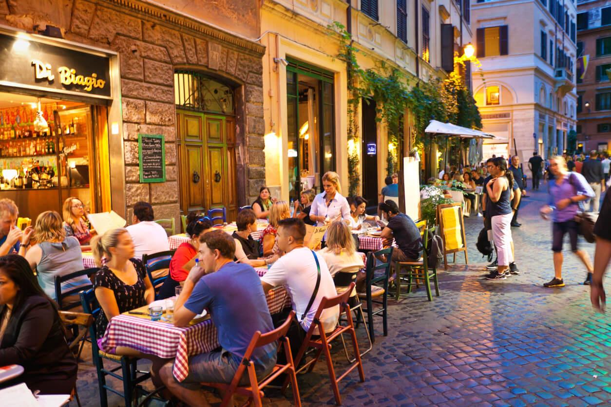 Guía rápida de Roma, Personas cenando en una terraza de Roma