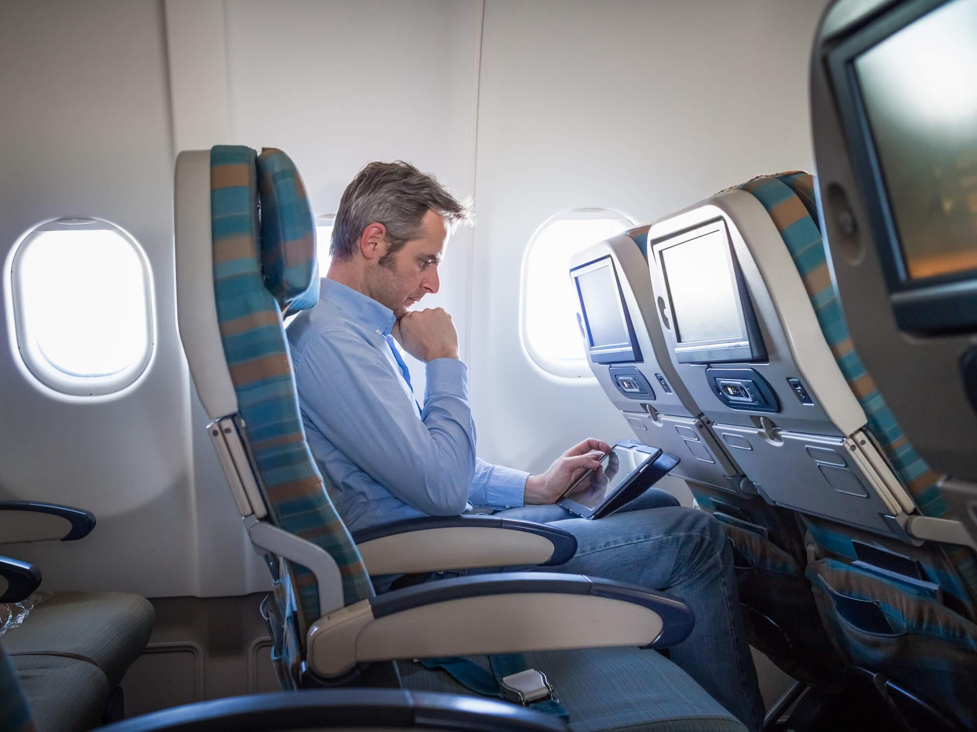 como perder el miedo a volar, Empresario viendo película en tablet