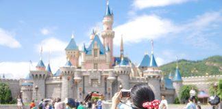 Frozen, Chica fotografiando castillo Disney