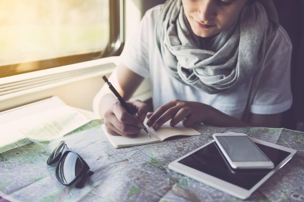 Chica planificando su viaje
