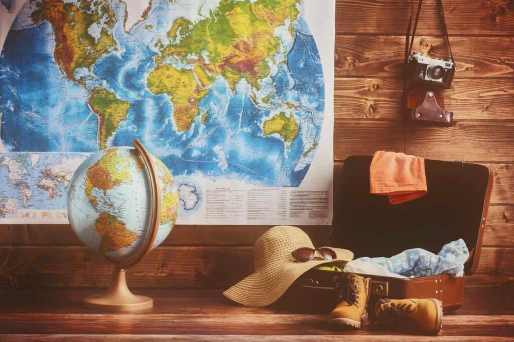 cómo hacer las maletas, Maleta, accesorios y mapa al fondo
