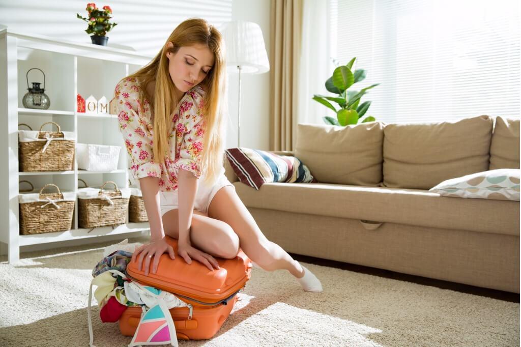 cómo hacer las maletas, Maleta desbordada de ropa