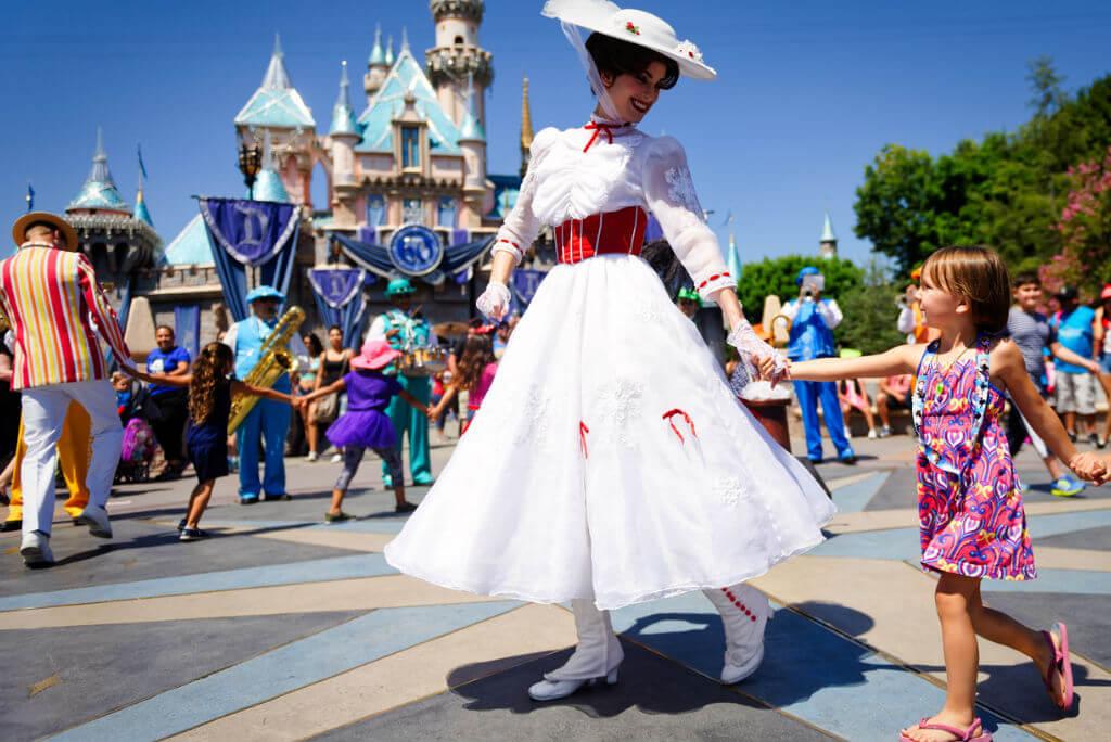 Frozen, Mary Poppins junto a una niña en Disneyland