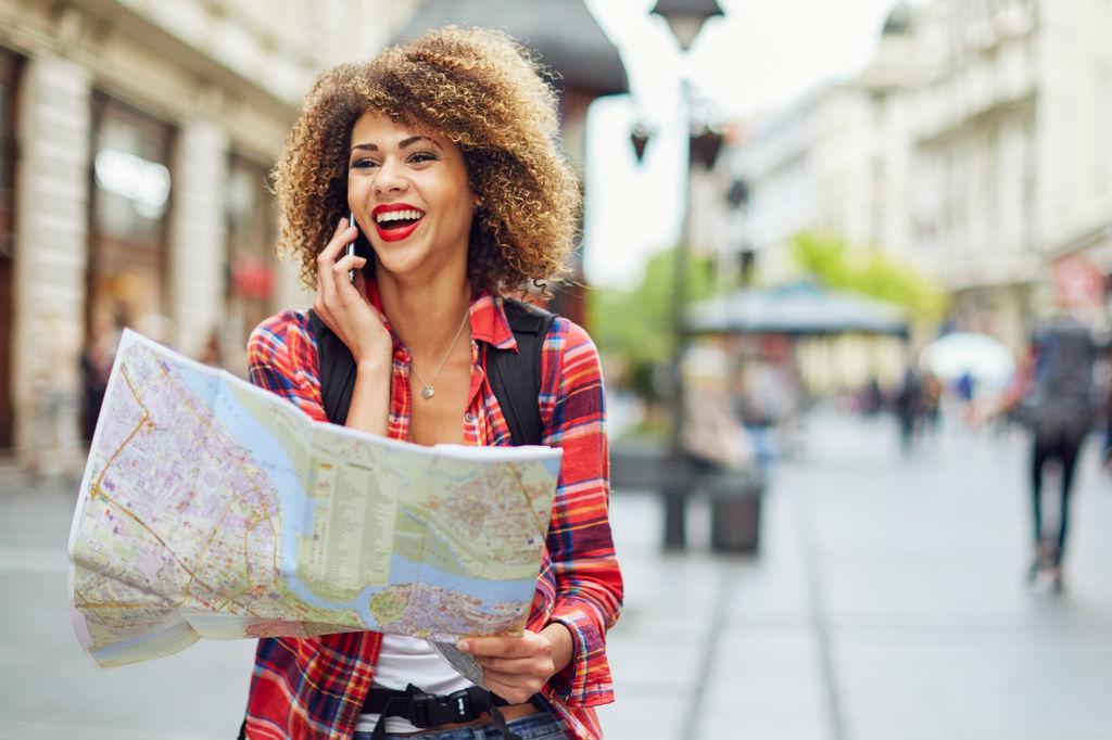 Diferencias entre el turista y el viajero, Viajera consultando un mapa