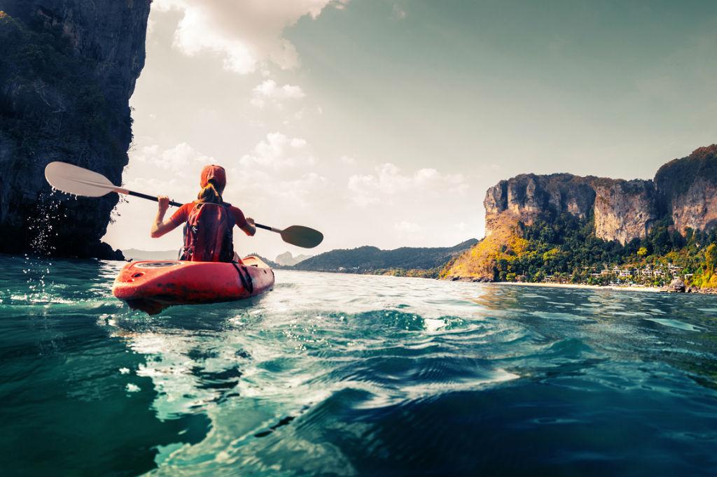 Diferencias entre el turista y el viajero, Viajera practicando kayak